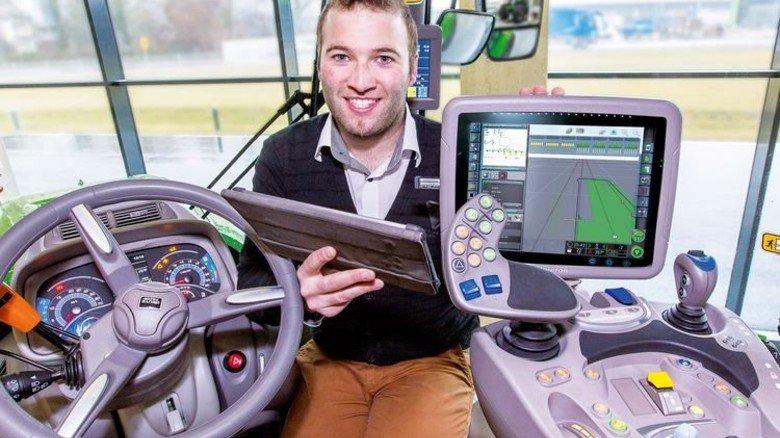 Alle Daten im Blick: Alexander Hörmann in der Fahrerkabine des Deutz-Fahr-Traktors. Foto: Bleier