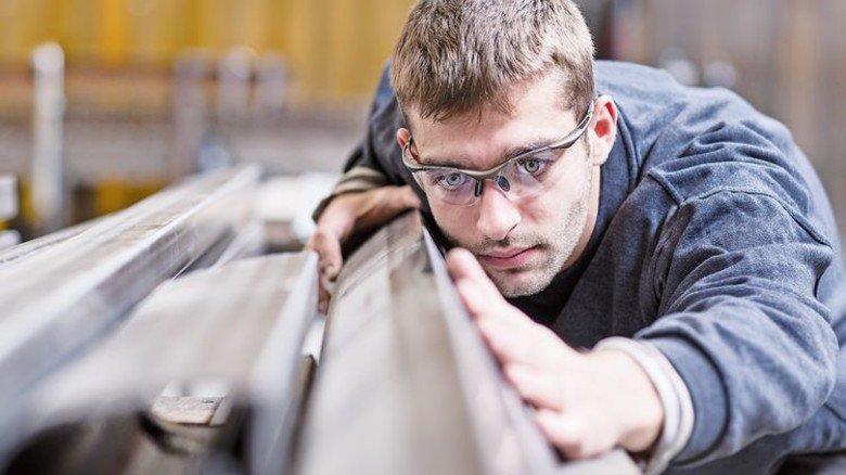 Arbeit bei Metall und Elektro: Die Betriebe stehen im knallharten globalen Wettbewerb. Foto: Getty