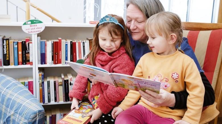"""Finanziert über die """"Fernsehlotterie"""": Lesestunde im Mehrgenerationenhaus in Salzgitter. Foto: Fernsehlotterie"""