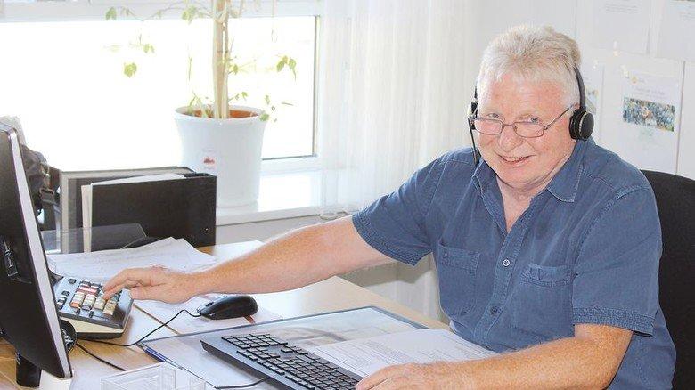 An der Rechenmaschine: Ottmar Beck findet Freude an der Arbeit wichtig. Foto: Pirelli