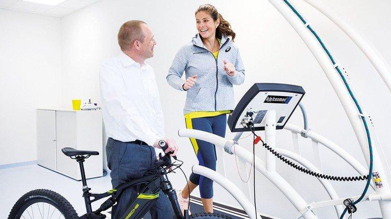 Tennis-Star Julia Görges: Die Porsche- Markenbotschafterin probiert den Check-up aus.