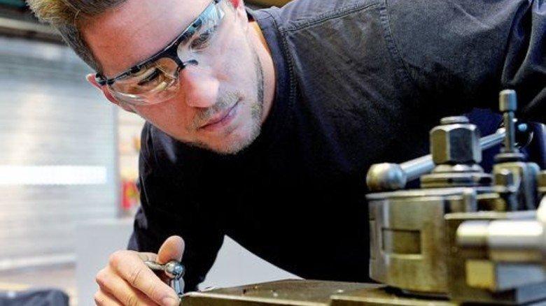 """Wird ausgebildet: Dustin Hörster ist ein """"Eich-Kind"""". Vater und Mutter arbeiten in der Montage. Foto: Wirtz"""