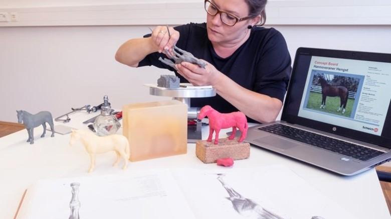 Am Anfang: Zuerst aus  Knete und dann aus Wachs entstehen die Modelle in Handarbeit. Foto:  Roth
