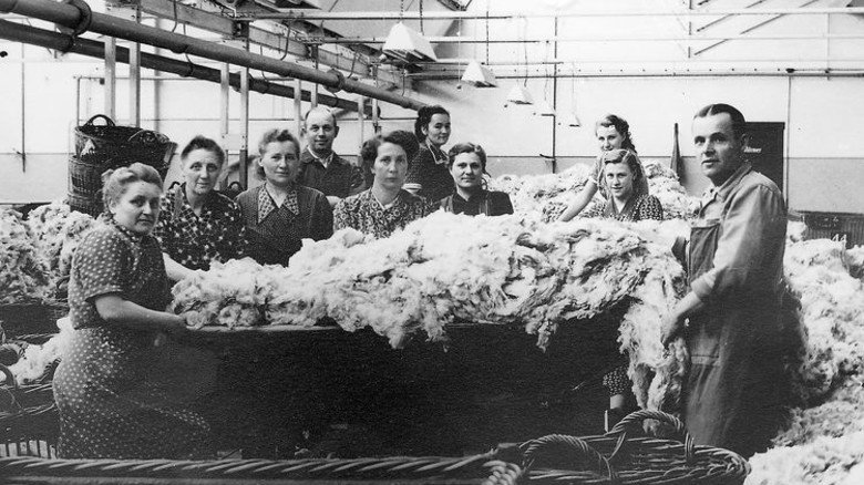Historische Fotos und Maschinen demonstrieren, wie die Rohwolle früher verarbeitet wurde. Foto: Nordwolle Mueseum