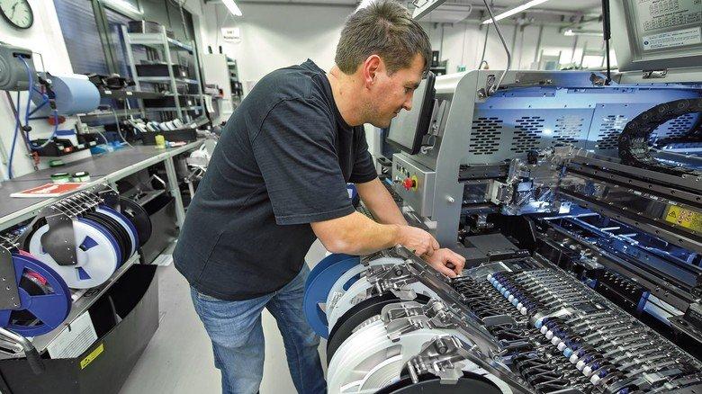 Rollenwechsel: Die Maschine für die Bestückung von Leiterplatten wird neu eingerichtet.