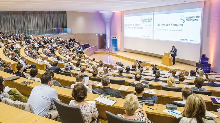 Begrüßungsrede: Hauptgeschäftsführer Dr. Volker Schmidt stimmte die Zuhörer ein. Foto: Herzig
