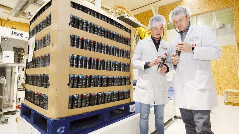Erfinder: André Schneider (links) und Sebastian Stumpp mit einer Dose, die knapp 20 Prozent Material spart.