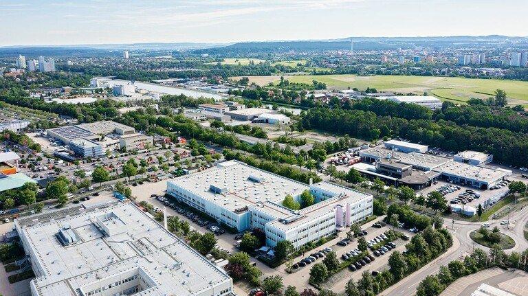 Standort Erlangen: Rund 260 Mitarbeiter arbeiten in dem mittelfränkischen Werk des US-Konzerns Thermo Fisher, der weltweit etwa 80.000 Beschäftigte zählt. In Erlangen entstehen unter anderem Mess- und Regelsysteme zur Online-Messung von flächigen Produkten in der Kunststoff- und Metall-Industrie.