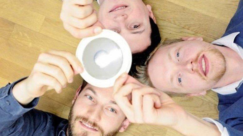 """Gründertrio: Herbert Hellmann (unten), Wouter Verhoog (rechts) und Georg Platon mit ihrem Alarmsystem """"Flare"""". Foto: Roth"""