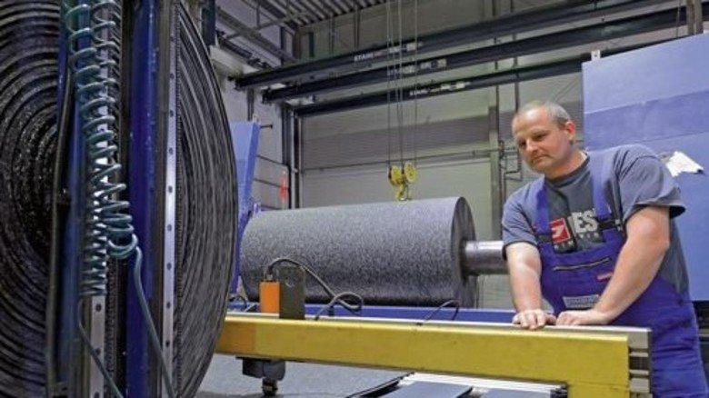 Schälmaschine: Guido Stowitschek überwacht die Bahnenfertigung. Foto: Sturm