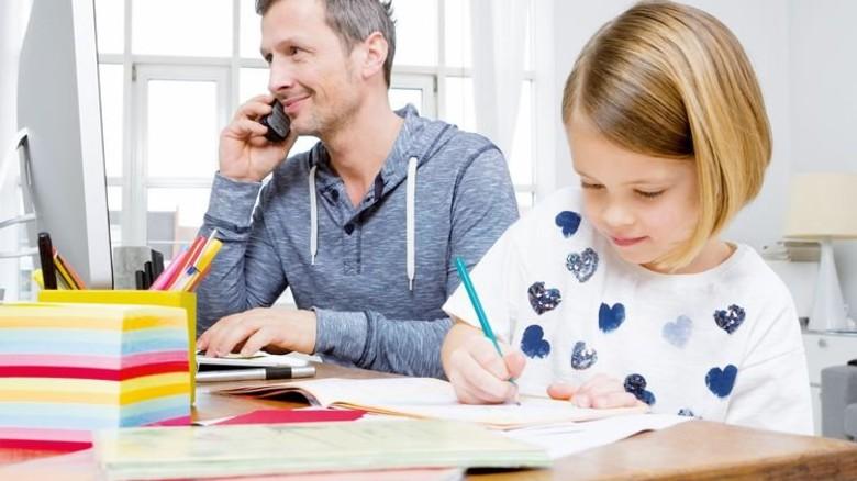 Geht dank Homeoffice: Der Papa arbeitet zu Hause und betreut die Tochter. Foto: Mauritius