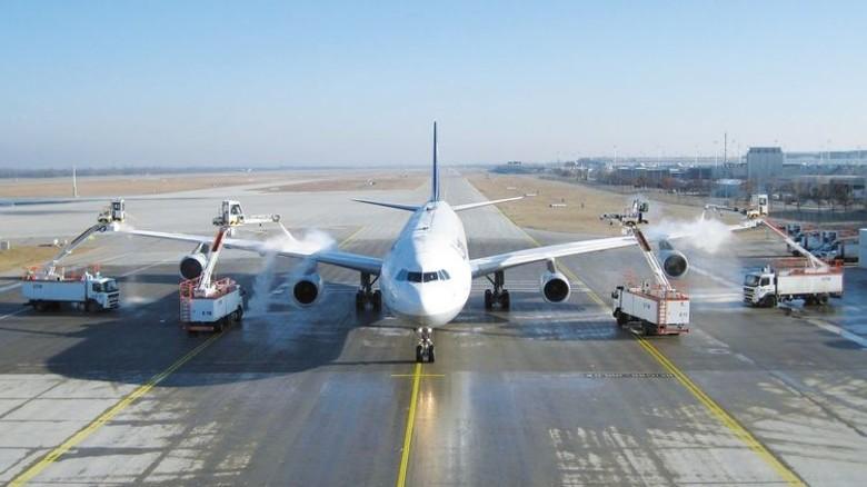 Teamwork: Mehrere Einsatzwagen enteisen gleichzeitig das Flugzeug. Foto: Fendt