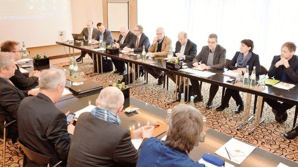 Verhandlungen 2018: Gewerkschafter und Arbeitgeber an einem Tisch. Foto: Scheffler