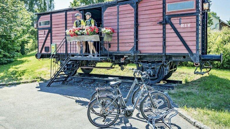 Rastplatz: Alte Eisenbahnwaggons laden entlang des Bockl-Radwegs zu einer Pause ein.