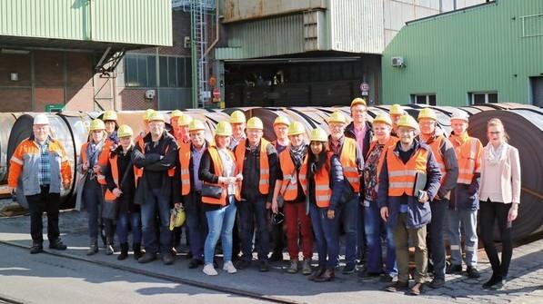 Vor Ort im Stahlwerk: Der Arbeitskreis SchuleWirtschaft bei thyssenkrupp Hohenlimburg. Foto: HiGo