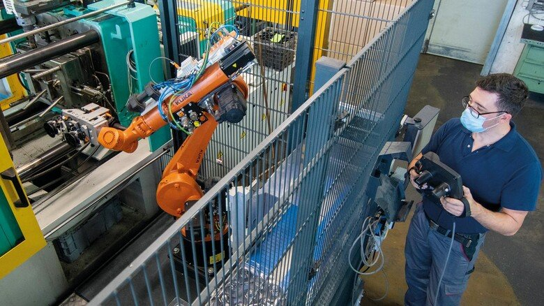 Große Investition bei Böhm Plast-Technology: Der Roboter übernimmt seit Februar die Nachbearbeitung von Ventilteilen.