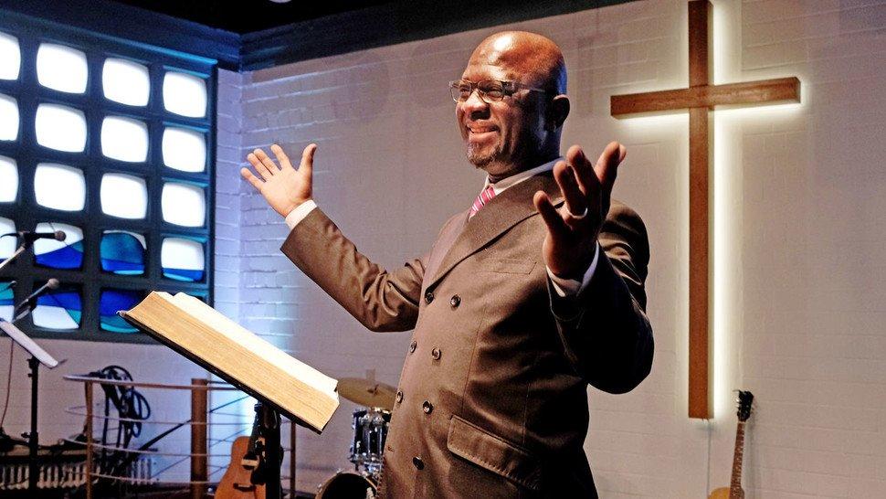 Pastor Alfred Aidoo (54), pendelt zwischen Schleifmaschine und Kirche.