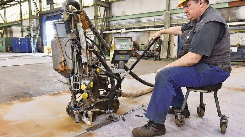 Spezialist bei der Arbeit: Schweißer Dieter Tiedemann verbindet zwei dicke Bleche mit dem Unter-Pulver-Schweißgerät. Foto: Christian Augustin