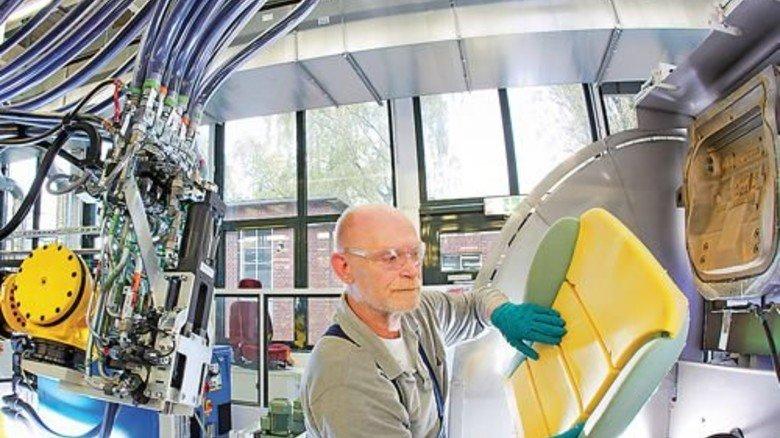 Im Technikum: Dietmar Czylwik prüft ein Formteil bei der Herstellung. Foto: BMS