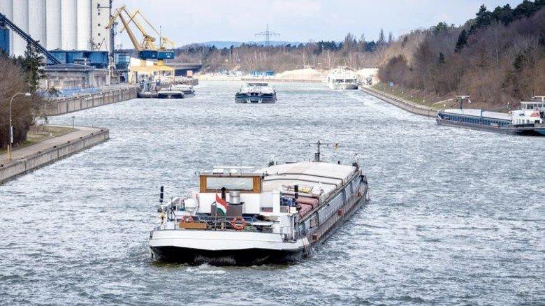 Schwere Ladung: Frachter auf dem Kanal. Foto: Fotolia