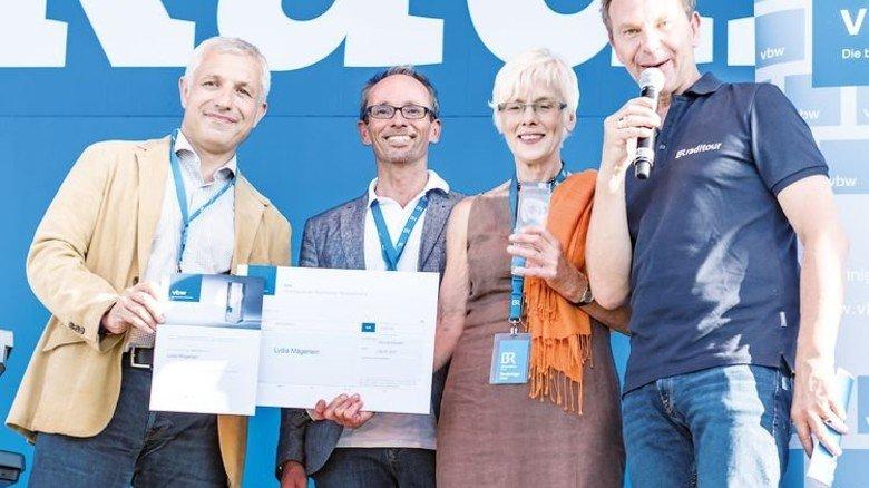 Ehrung: Harald Hubert und Matthias Werner von der vbw-Bezirksgruppe Mittelfranken mit Preisträgerin Lydia Mägerlein und Moderator Roman Roell (von links). Foto: vbw