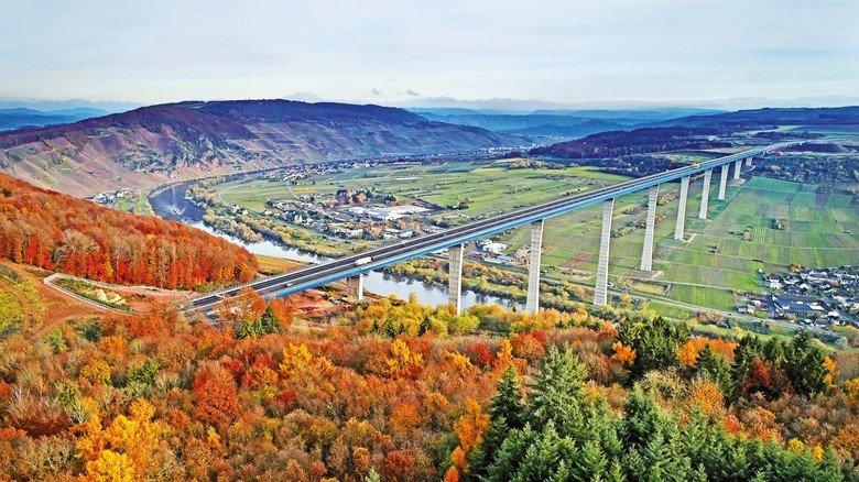 Spektakulär und elegant: Die neue Hochmoselbrücke in Rheinland-Pfalz. Das 1,7  Kilometer lange und bis zu 160 Meter hohe Bauwerk wurde Ende November eröffnet.