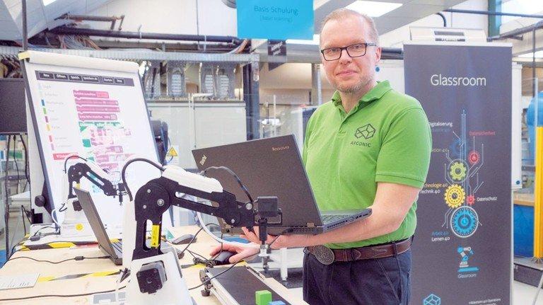 Lernen mit Roboter: Rainer Pätzold führt vor, wie man den technischen Helfer programmiert.
