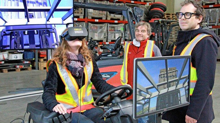 Gabelstapler-Simulator bei Linde Material Handling: Über die diversen Monitore können die Kollegen zuschauen.
