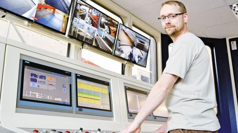Alles im Blick: Maschinenführer Michael Thiemann in der Leitwarte. Foto: Scheffler