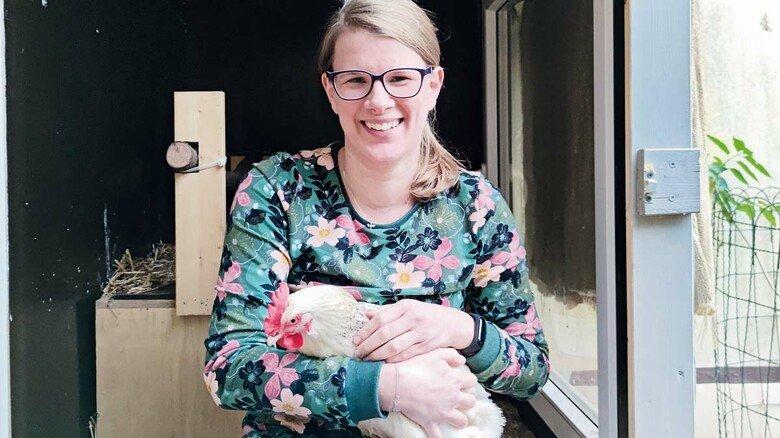 Handzahm: Henne Trudi wohnt seit April bei Heike Schmickler und hat sich schnell eingewöhnt.