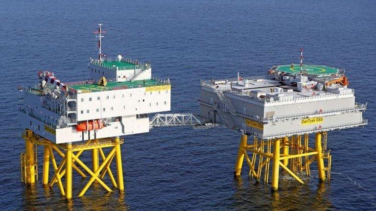 Eine Brücke verbindet die Hotelplattform (links) mit dem Umspannwerk des Windparks, das auf dem Dach eine eigene Landestation für Helikopter hat. Foto: dpa
