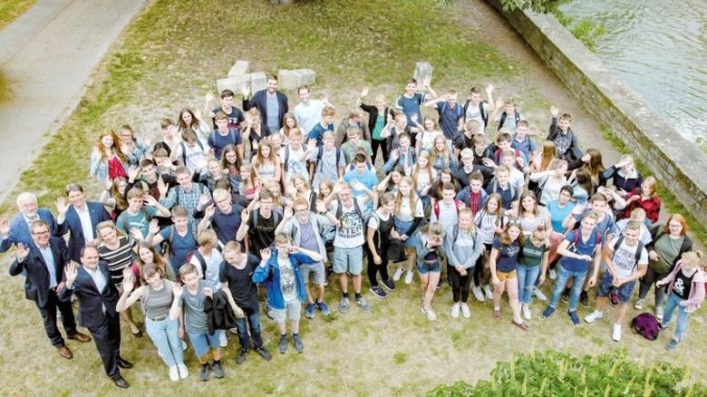 Erinnerungsfoto: Wirtschaftsbegeisterte Schülerinnen und Schüler mit Lehrern und Förderern. Foto: Gossmann