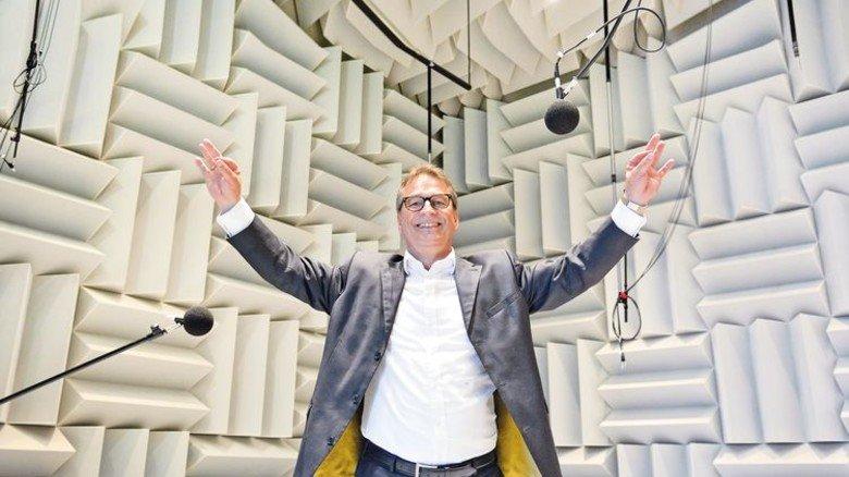 Gibt den Takt vor: Wolfgang Niedziella im Akustik-Labor, einem der besten weltweit. Foto: Scheffler