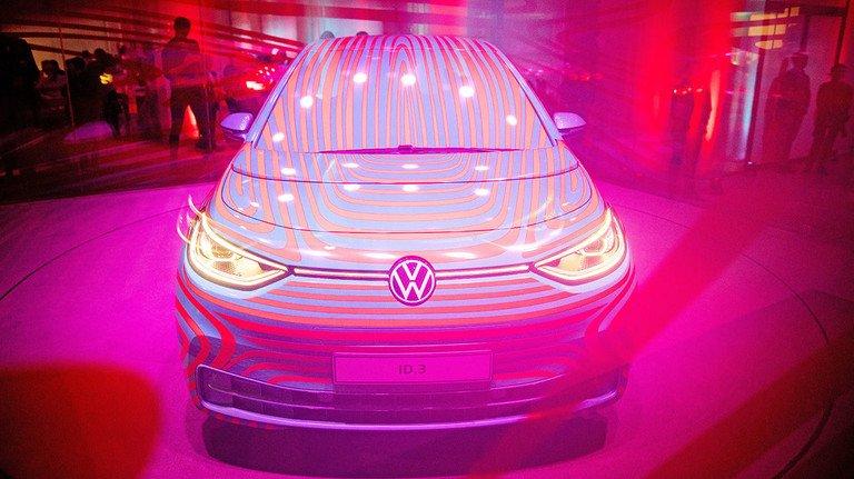 """Rosarote Zukunft? Kürzlich präsentierte VW das neue Elektroauto """"ID"""" – kunstvoll in einem Glaswürfel. Der Wagen im Golf-Format soll im Sommer 2020 vom Band laufen."""
