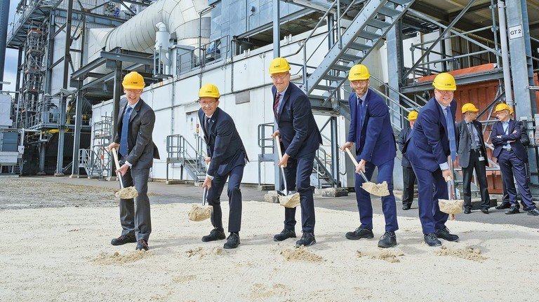 Die Zukunft kann kommen: Brandenburgs Ministerpräsident Dietmar Woidke (Dritter von links) startet mit Managern der BASF und Siemens die Kraftwerksmodernisierung.