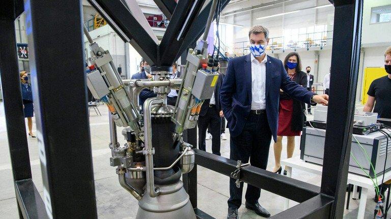 Besuch von der Politik: Bayerns Ministerpräsident Markus Söder in der Raketenfabrik von Isar Aerospace.