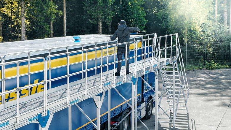Bequem: Von der Enteisungsbühne für Busse und Lkws kommt man einfach und sicher an jede Ecke eines Daches.
