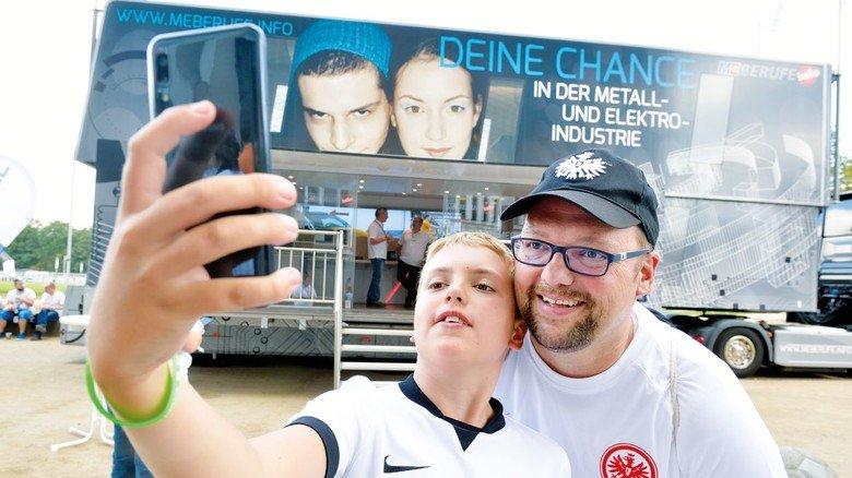 """""""Der Truck ist hier genau am richtigen Platz."""" Ulli Dvorak und sein Sohn Bastian machen noch schnell ein Selfie."""