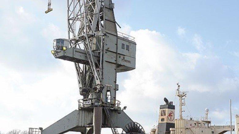 Das Produkt: Der Walzdraht aus Hamburg, der hier unter dem Kran liegt, hat höchste Qualität. Foto: Augustin