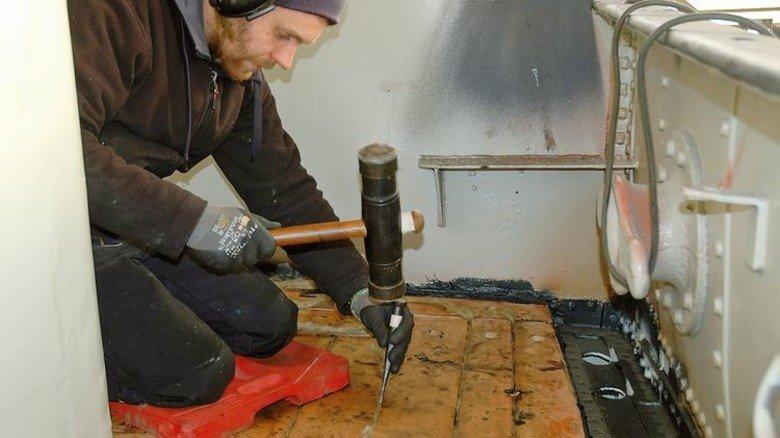 100 Prozent Handarbeit: Allein das Verlegen des Holzes auf dem Deck dauerte viele Wochen. Foto: Museumshafen