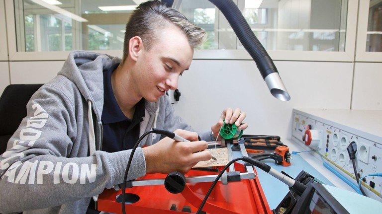 Leidenschaft für Technik: Der 18-Jährige ist seit Mitte 2019 Dualstudent beim Maschinenbauer Hauni in Bergedorf.