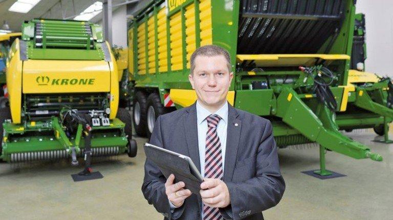 Mit Tablet in der Hand: Jan Horstmann, Bereichsleiter Elektronik bei Krone. Foto: Schaarschmidt