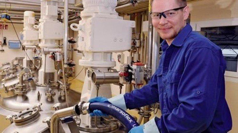 Am Kessel: Mit einer Spezialpumpe füllt Jens van Kampen den flüssigen Rohstoff ein. Foto: Wirtz