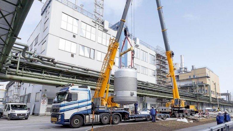 Neue Anlage: Bei Wacker Chemie in Burghausen wird ein Vormischbehälter angeliefert. Foto: Werk