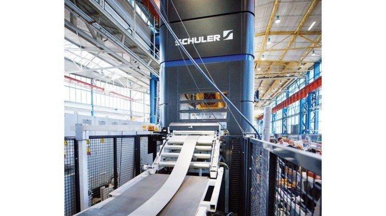 Presse in Aktion: Aus diesem Blechband werden Autoteile produziert. Foto: Stoppel