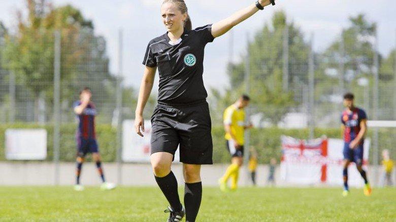 Unter Männern: Als Schiedsrichterin hat sich Joos Respekt verschafft. Foto: Mierendorf