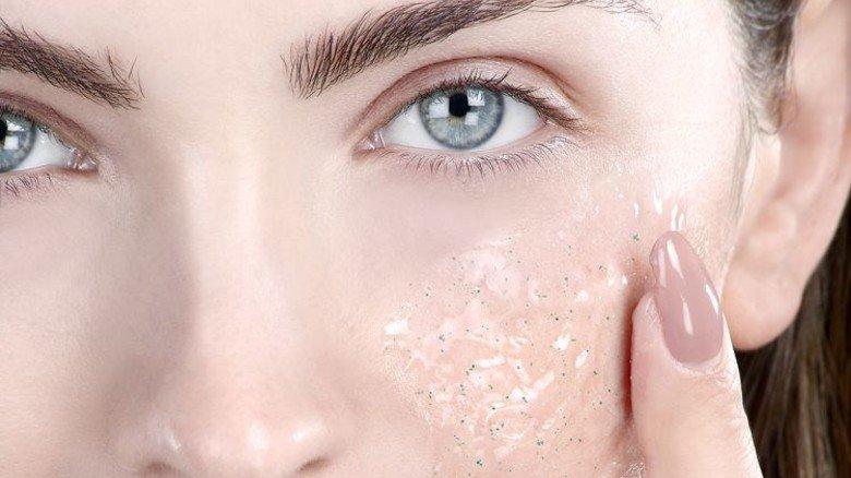 Wirkt: Zarte und reine Haut gibt es auch mit Cellulose-Partikeln. Foto: Adobe Stock