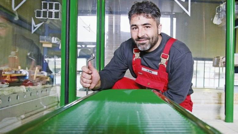 Hat einen festen Job: Orwah Amin fertigt für die Firma Hohrenk Wartehäuschen. Foto: Gossmann