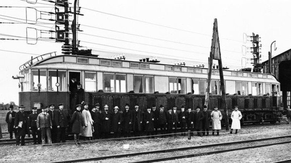 Erstmals schneller als Tempo 200: 1903 erreichte ein Versuchszug auf der Teststrecke in Berlin zwischen Marienfelde und Zossen 206,7 Stundenkilometer – Weltrekord. Foto: Siemens