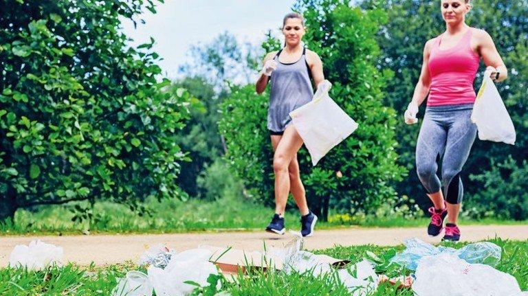 Sportlich: Ploggerinnen sammeln Abfall entlang der Strecke. Foto: David Pereiras - stock.adobe.com